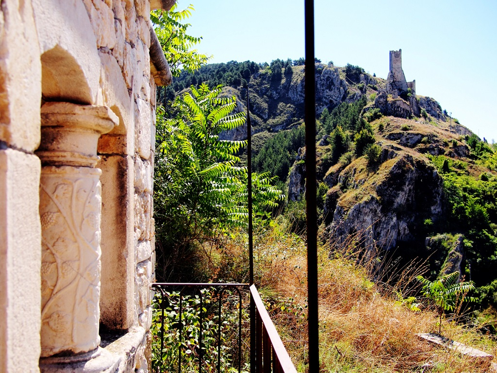 Pescina-particolari-scorcio-castello